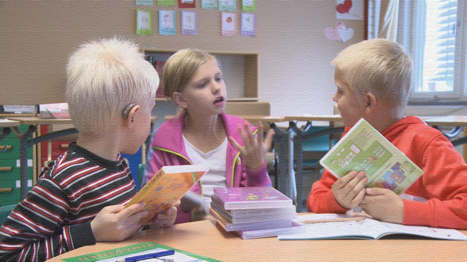 barn diskuterar b